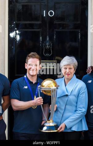 Londres, Royaume-Uni. 15 juillet, 2019. Londres (Royaume-Uni), 15/07/2019.- Le Premier ministre britannique Theresa May (R) et le capitaine de l'Angleterre Eoin Morgan (L) posent avec le trophée à Downing Street à Londres, Grande-Bretagne, 15 juillet 2019. L'équipe de cricket anglais s'est entretenu avec le Premier ministre britannique Theresa peut à Downing Street après leur victoire dans l'ICC Cricket World Cup 2019. (França, Londres) Credit: EPA/VICKIE FLORES/EFE/Alamy Live News