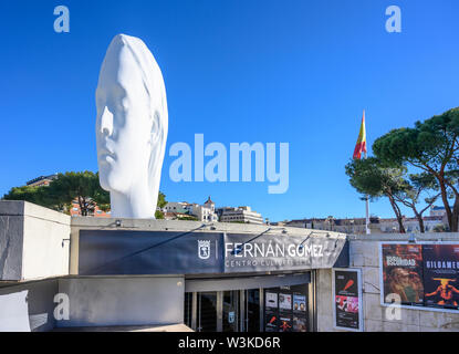 L'Fernán Gómez Centro Cultural de la Villa, négligé par 'Julia', une immense sculpture par l'artiste Jaume Plensa, sur la Plaza de Colón, Madrid, Espagne Banque D'Images