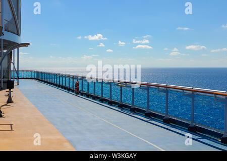 Tapis bleu le long du pont d'un navire de croisière pour le jogging en navigation. Banque D'Images