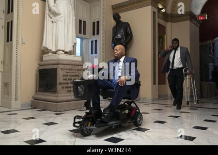 Washington, District de Columbia, Etats-Unis. 16 juillet, 2019. Représentant des États-Unis Elijah Cummings (démocrate du Maryland) fait son chemin à l'étage de la Chambre pour un vote concernant les tweets des États-Unis Le président Donald J. Trump sur la colline du Capitole à Washington, DC, États-Unis, le 16 juillet 2019. Credit : Stefani Reynolds/CNP/ZUMA/Alamy Fil Live News Banque D'Images