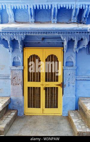 Vieux bois porte sculptée dans la ville bleue de Jodhpur. Le Rajasthan. L'Inde