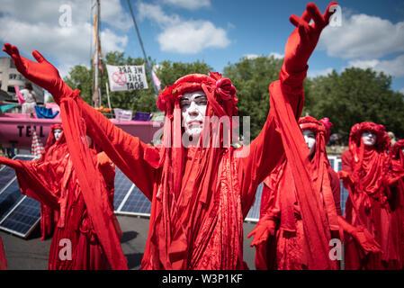 Bristol, Royaume-Uni. 15 juillet 2019. Des centaines de manifestants rébellion Extinction Bristol bloc à l'aide d'un pont à voile rose et dans les rues
