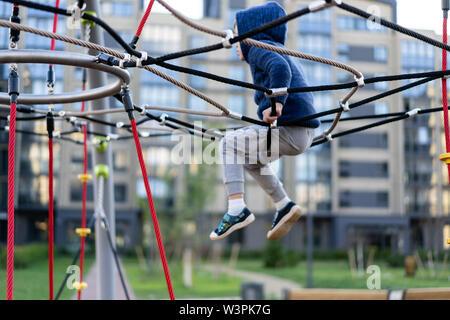 Un petit garçon s'amuse à jouer sur l'aire urbaine moderne