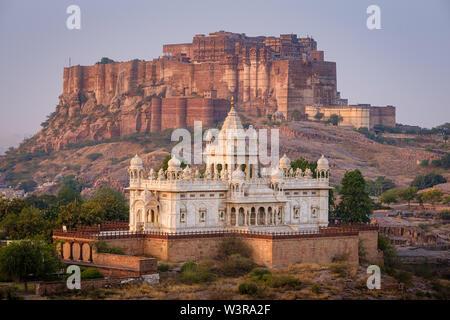 JODHPUR, INDE - circa 2018 Novembre: Jaswant Thada Memorial et le Mehrangarh Fort à Jodphur. odhpur est la deuxième plus grande ville de l'état indien