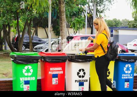Le recyclage des bouteilles en plastique, jeune fille de 20 à 25 ans mise en bouteille en plastique pour le traitement des dépôts Banque D'Images