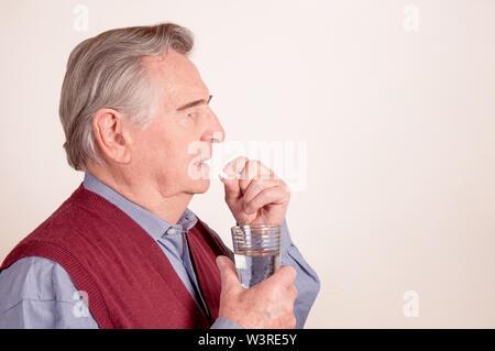 Hauts prend comp avec glas de l'eau Banque D'Images