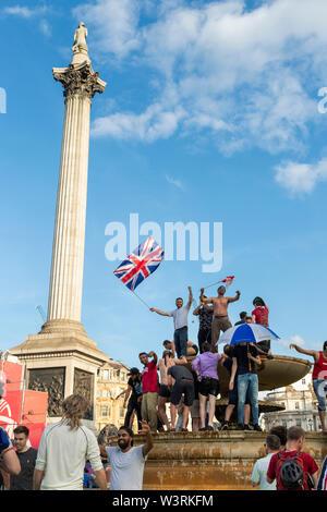 Londres, Royaume-Uni - 14 juillet 2019: des fans extatiques célébrer dans l'fontaines à Trafalgar Square après la victoire de l'Angleterre dans l'ICC Cricket World Cup