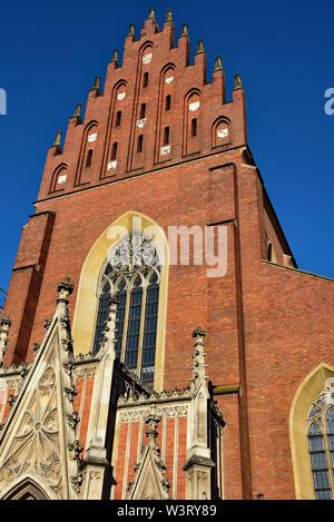 L'église dominicaine de la Sainte Trinité s'élève dans le ciel bleu. Construit en 1250, reconstruit en 1872 après le grand incendie de Cracovie, Pologne 1850. Banque D'Images