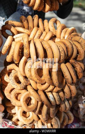 Un grand nombre de biscuits secs ronds avec un trou au milieu. Le séchage des bagels aux graines de pavot au juste sur une journée ensoleillée. Un tas de sushka au marché est pour Banque D'Images