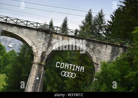 Cortina d'Ampezzo - Juillet 2019: Pont à arcades situé à Cortina D'Ampezzo, Veneto. Dolomites de Sexten en Italie. L'Europe. Banque D'Images