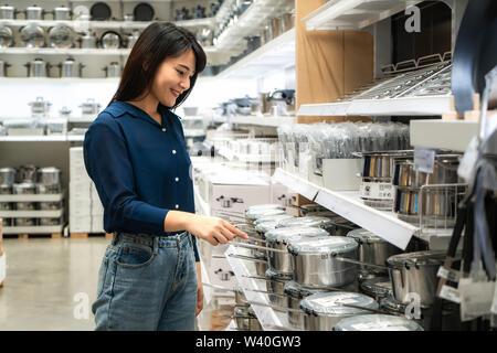 Les femmes asiatiques ont choisi d'acheter de nouveaux ustensiles de cuisine dans le centre commercial. Faire les courses et les articles ménagers sont nécessaires dans les marchés, les supermarchés ou les grands magasins Banque D'Images