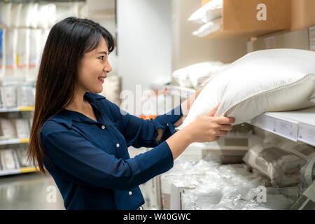 Les femmes asiatiques choisissent d'acheter de nouveaux oreillers dans le centre commercial. Faire les courses et les articles ménagers sont nécessaires dans les marchés, les supermarchés ou grands cen Banque D'Images