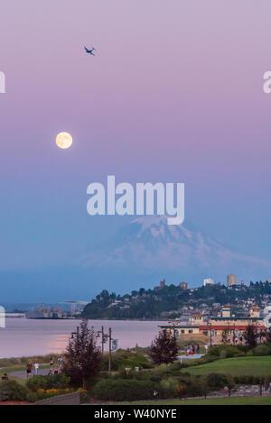 Mt Rainier plane sur le centre-ville de Tacoma et baie de lancement comme vu du point Ruston avec personnes à pied Banque D'Images