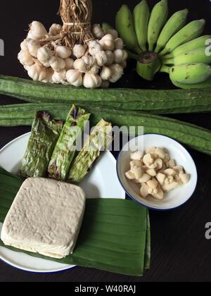 Ingrédients de la cuisine asiatique sur fond noir, vue du dessus, copiez l'espace. Télévision à jeter des fruits et légumes aux fines herbes , pour la cuisine thaï ou chinoise. Clea Banque D'Images