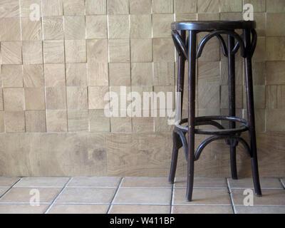 Tabourets de bar en bois en restaurant vide à Tarifa, Andalousie Banque D'Images