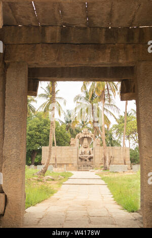 Lakshmi Narsimha Ugra Narsimha ou temple à Hampi. L'homme-lion Avatar de Vishnu - assis dans une position de yoga