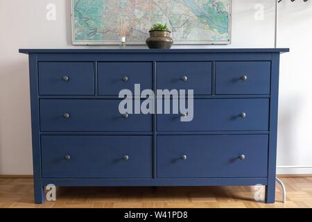 Commode bleu dans la chambre. Meubles en bois vase avec dans la chambre Banque D'Images
