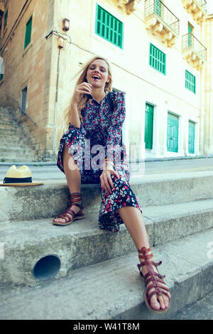 Happy young woman posing sur des escaliers à La Valette, Malte
