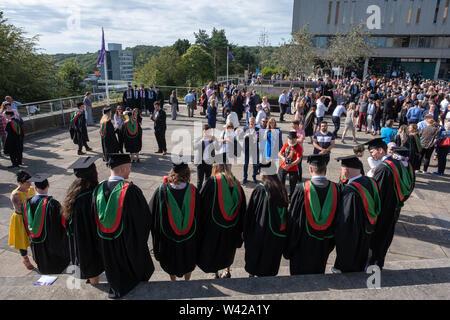 L'enseignement supérieur au Royaume-Uni - les élèves qui réussissent à la remise des diplômes à l'université d'Aberystwyth, après avoir reçu leur diplôme, portant leurs chapeaux traditionnels et des blouses. Juillet 2019 Banque D'Images