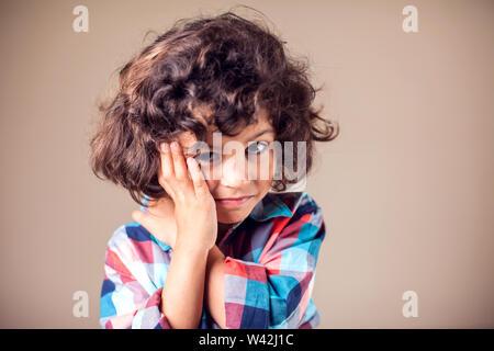 Dents de l'enfant. Closeup portrait garçon avec mal de dent sensible. L'émotion négative de l'humain, la médecine, les soins de concept Banque D'Images