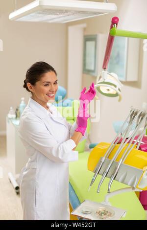 Médecin vêtu d'un sarrau et des gants aseptiques Banque D'Images