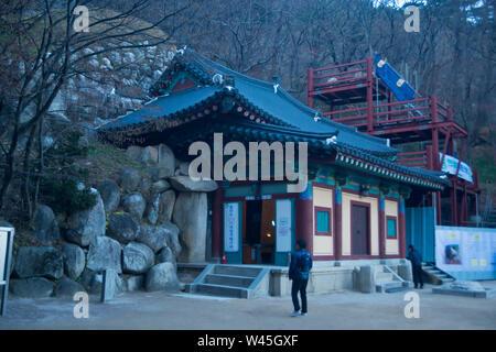 GUEONGJU, Corée du Sud, novembre 2018, à l'entrée de Bouddha de culte, Grotte de Seokguram sur le mont Toham. Banque D'Images
