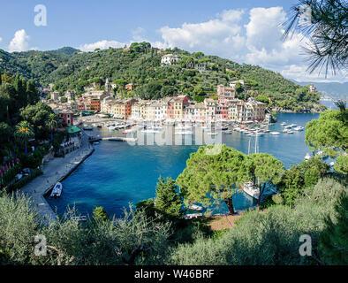 Le magnifique panorama de Portofino avec couleurs maisons, bateaux et yacht dans Little Bay Harbor. Ligurie, Italie Banque D'Images
