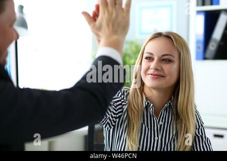 Belle blonde greffier haut donnant cinq à male customer