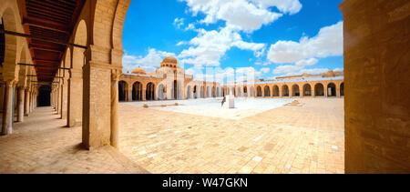 Vue panoramique du paysage architectural avec arcade et dans la cour de l'ancienne grande mosquée de Kairouan. La Tunisie, l'Afrique du Nord Banque D'Images