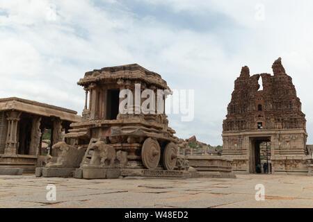 Char de pierre dans la cour de Vittala Temple à Hampi, Karnataka, Inde. Banque D'Images
