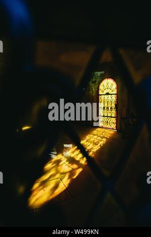 Orange couleur lumière brillant à travers une fenêtre Banque D'Images