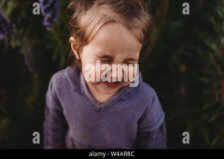 Close up portrait of little girl nez scrunching et rire