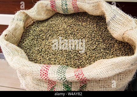 Détail de l'onu-vert cru de café torréfié dans de grands sacs de tissu au marché Kemeralti à Izmir en Turquie. Banque D'Images