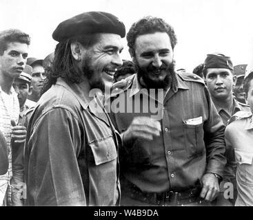 Les dirigeants révolutionnaires Fidel Castro et Ernesto Che Guevara Banque D'Images