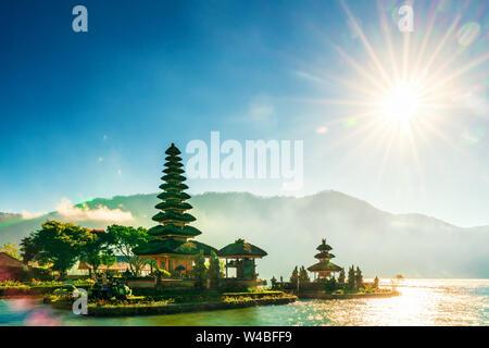 Pura Ulun Danu Bratan, temple hindou sur le lac Bratan paysage, l'un des célèbre attraction touristique à Bali, Indonésie Banque D'Images