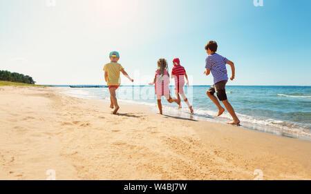 Enfants heureux en vacances au bord de mer en marche dans l'eau