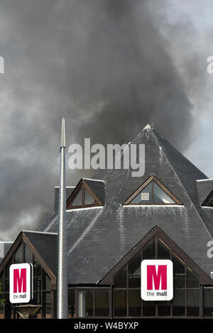 Walthamstow, London, UK. 22 juillet 2019. Le centre commercial Shopping Centre à Walthamstow est en feu. Banque D'Images