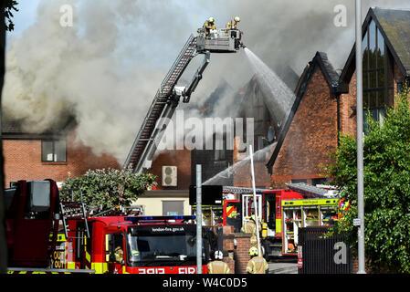 Walthamstow, London, UK. 22 juillet 2019. Le centre commercial Shopping Centre à Walthamstow est en feu. Credit:Matthieu Chattle/Alamy Live News Banque D'Images