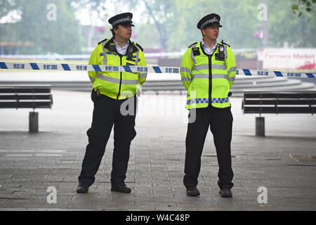 Les officiers de police sur les lieux d'un incendie à Walthamstow Mall sur Selbourne Road, Walthamstow, East London. London Fire Brigade (BF) ont déclaré un incident majeur comme plus de 100 pompiers lutter contre un incendie à l'East London shopping centre. Banque D'Images