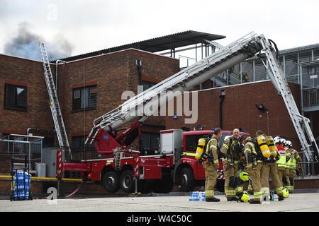 Les pompiers sur les lieux d'un incendie à Walthamstow Mall sur Selbourne Road, Walthamstow, East London. London Fire Brigade (BF) ont déclaré un incident majeur comme plus de 100 pompiers lutter contre un incendie à l'East London shopping centre. Banque D'Images
