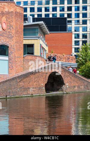 Les visiteurs voir le gaz naturel du bassin de la rue sur la nouvelle ligne principal canal dans le centre de Birmingham, UK Banque D'Images