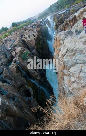 Plus de rivière falaises déchiquetées, Epupa Falls rivière Cunene en Namibie, à la frontière avec l'Angola