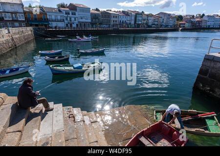 Dans le port de pêche locale avec de petits bateaux dans Mugardos, la Ria de Ferrol, province de La Corogne, Galice, Espagne Banque D'Images