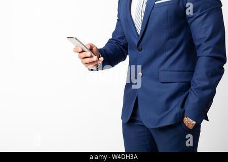 Businessman using smartphone et des textos sur fond blanc Banque D'Images