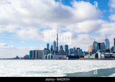 Toronto city skyline avec une glaciale du Lac Ontario en-avant.