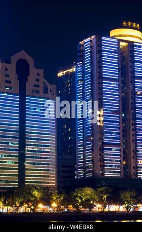 Guangzhou, Guangdong/ Chine - 3 juin 2019: Chine skyline sur la rivière des Perles. La construction vers ici sera décorée avec la lampe et la droite. Banque D'Images