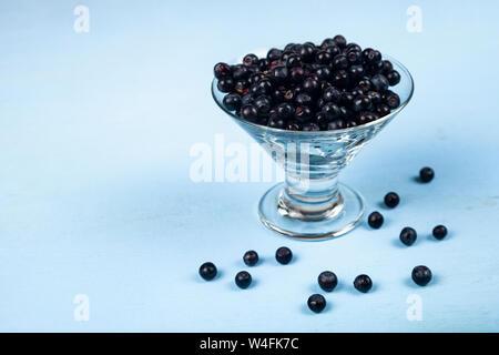 Bleuets dans un bol transparent sur une table en bois. De délicieux petits fruits. Banque D'Images