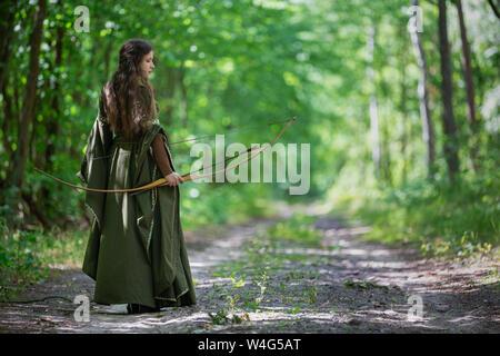 Elf archer de derrière dans les bois Banque D'Images