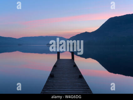 Le lever du soleil sur une rampe à Ullswater dans le Parc National de Lake District Banque D'Images