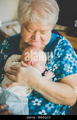 Grand-mère tenant son bébé endormi petite-fille Banque D'Images